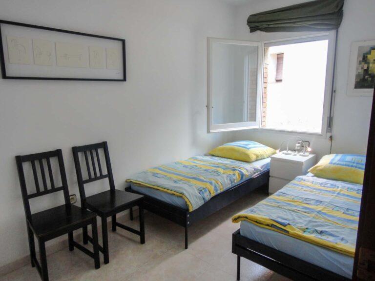 Ein Schlafzimmer mit zwei Einzelbetten.