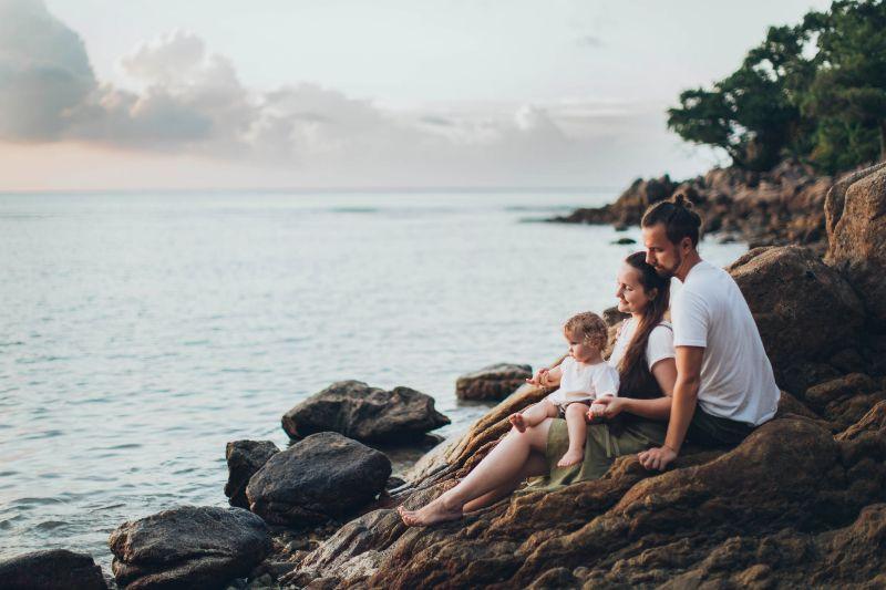 Familie entspannt zusammen an der Küste