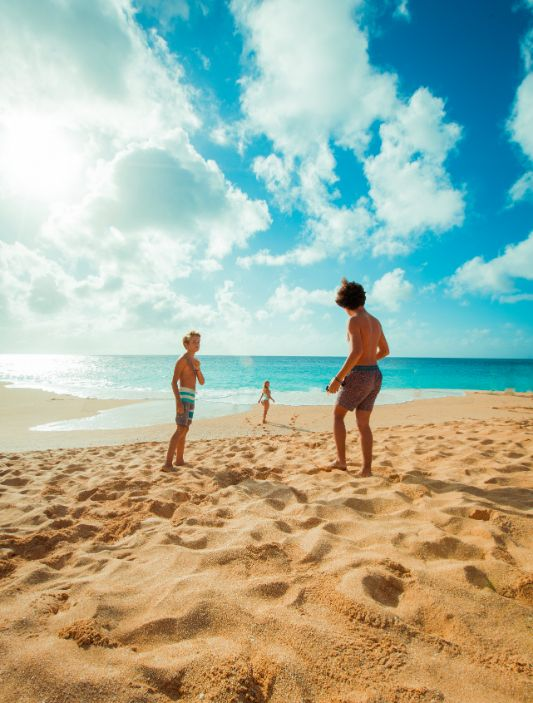 3 Kinder spielen im Sandstrand