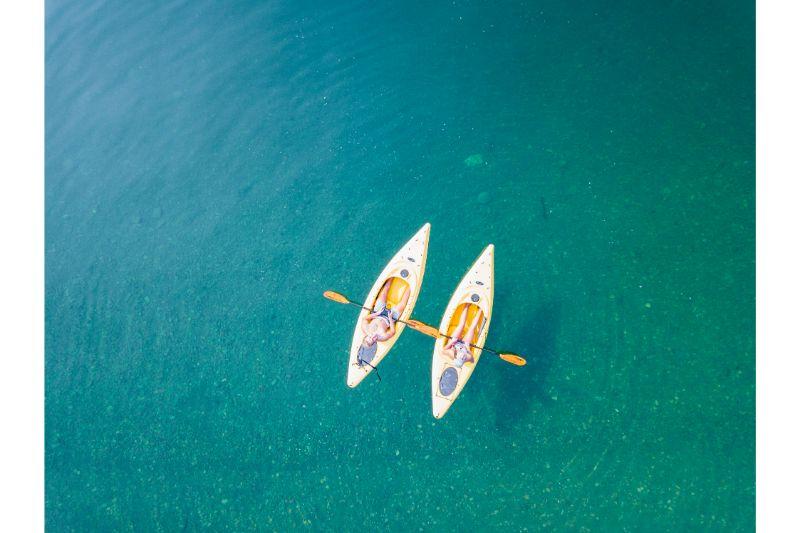 Zwei Kayaker paddeln auf dem Meer in der Costa del Maresme