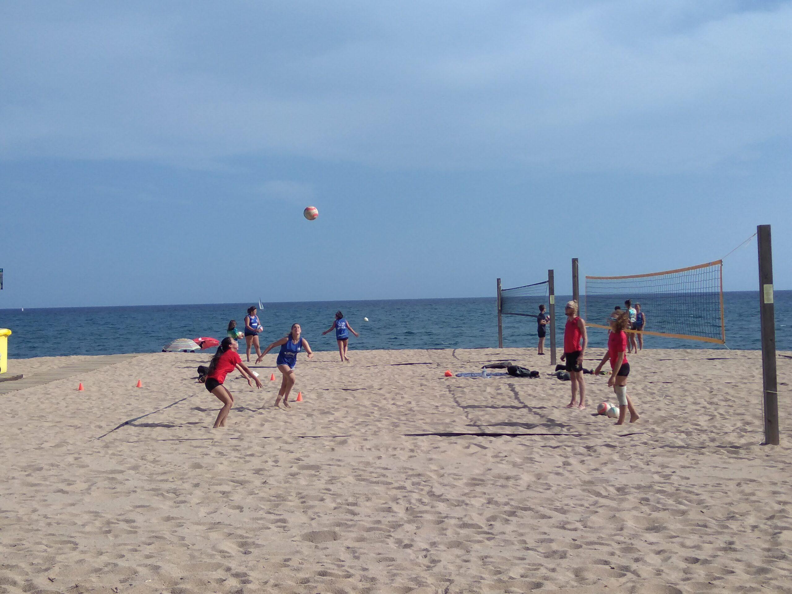 Volleyballer am Strand vor dem Meer in Caldetas