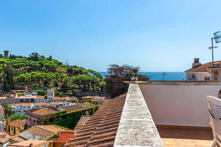 Eine Dachterrasse mit direktem Blick aufs Meer.