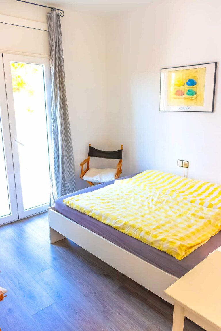 Ein kleines Doppelbett mit noch kleinerem Balkon.