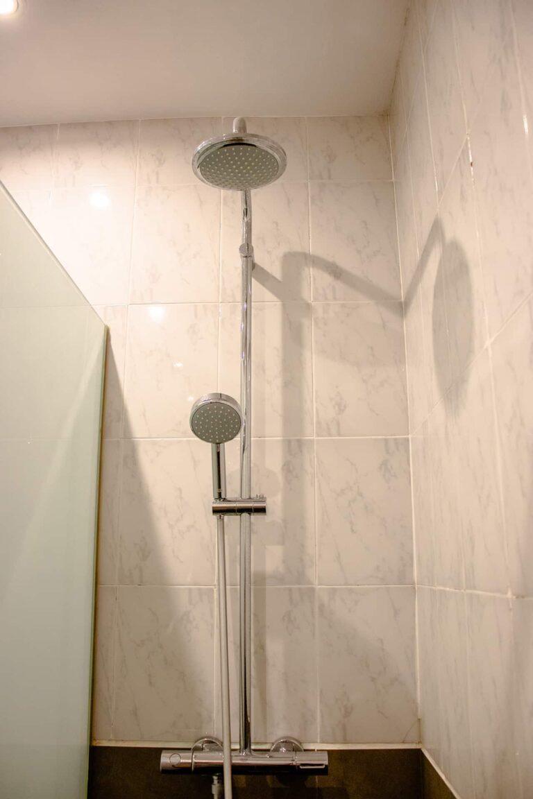 Eine Dusche mit zwei unterschiedlichen Duschköpfen.