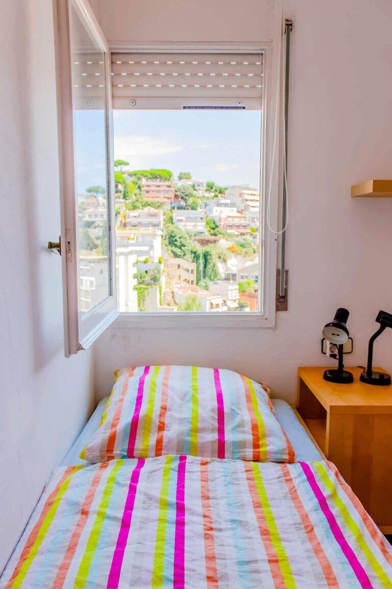 Die Aussicht aus dem Fenster eines Schlafzimmers.