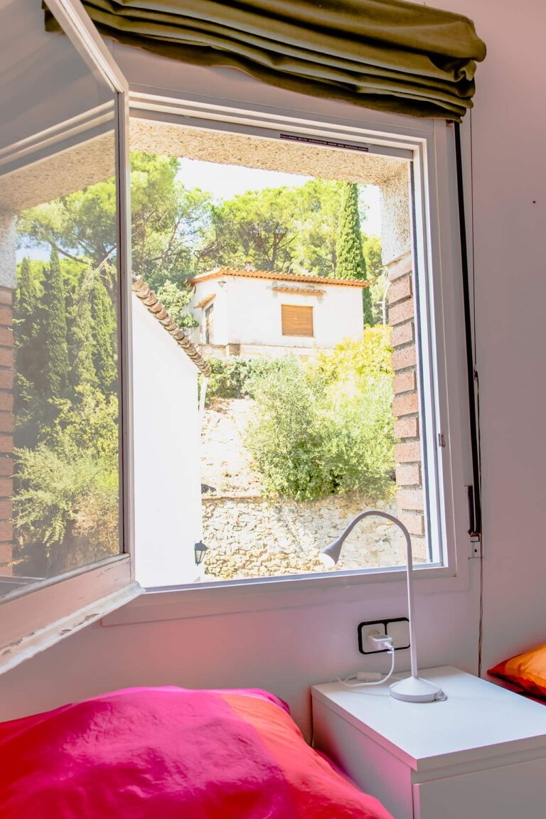 Ein offenes Fenster eines Schlafzimmers.
