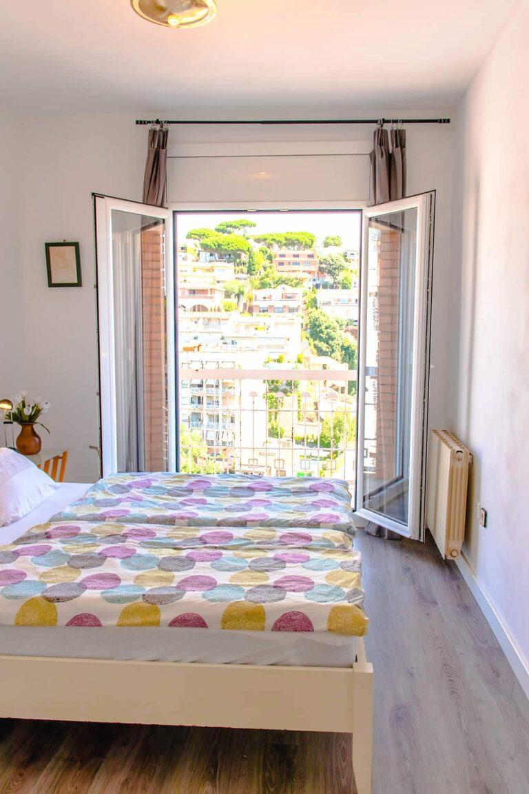 Ein großes Schlafzimmer mit Balkon.