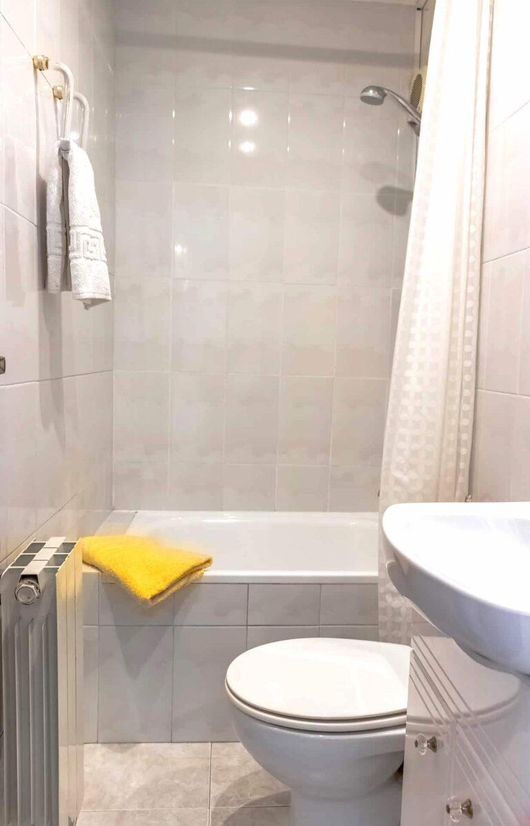 Ein kleines aber komplettes Bad.