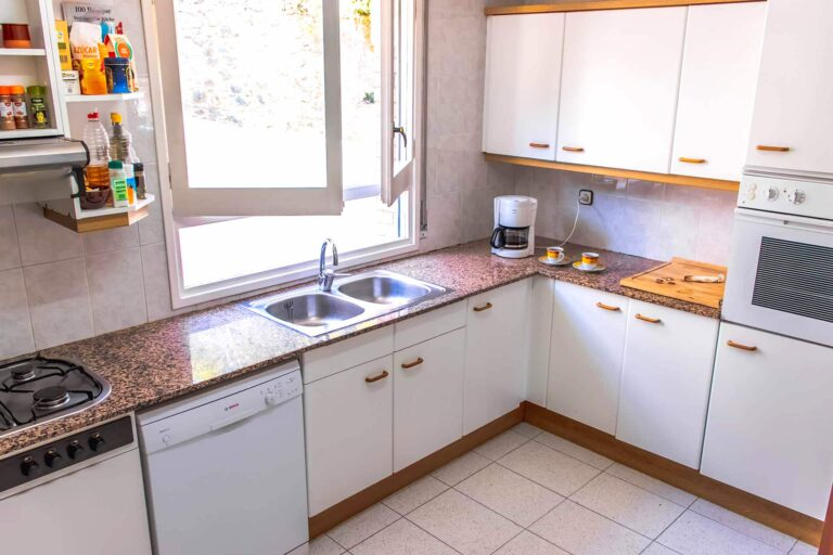 Eine komplett ausgestattete Küche.