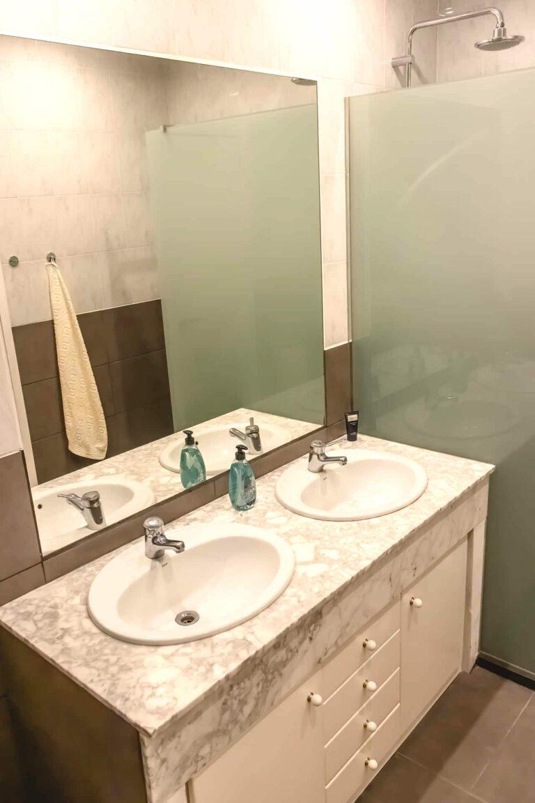 Zwei saubere Waschbecken.