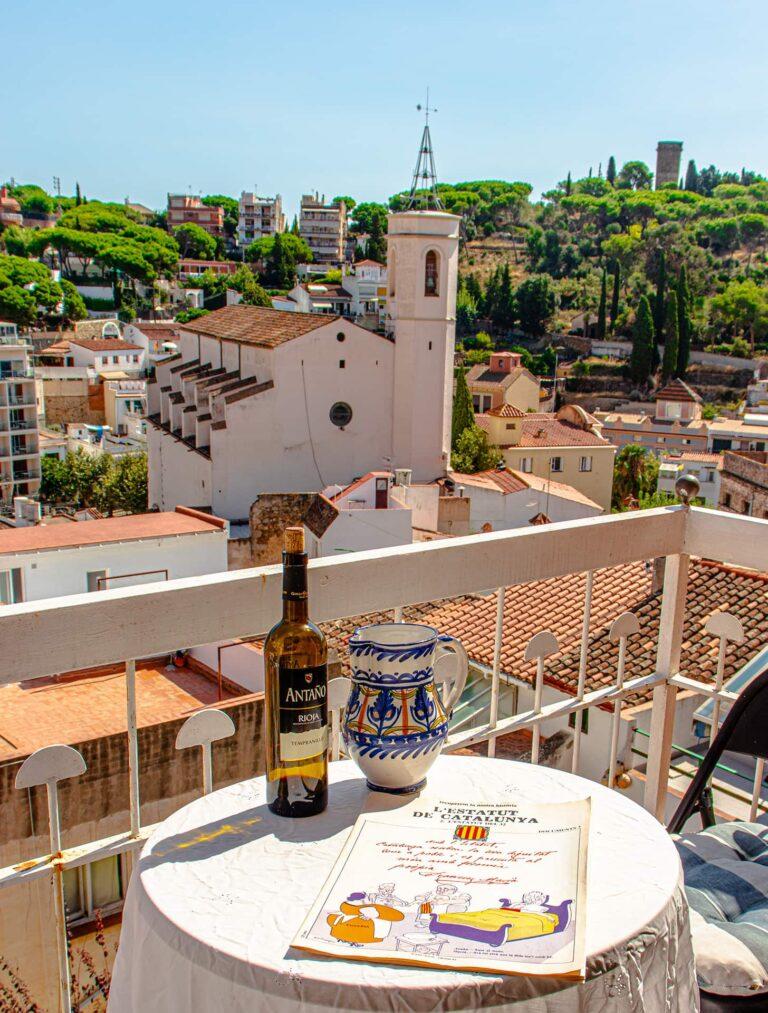 Ein Balkon mit Aussicht in ein typisch spanisches Dorf.