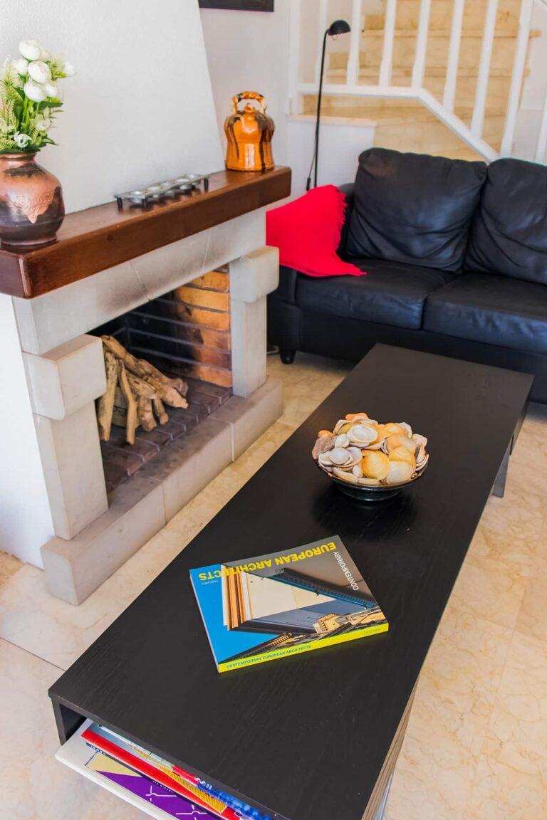 Kaminecke mit gemütlichem Sofa.